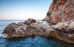 Rocas costeras rojas en el mar adriático Foto de archivo