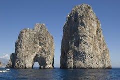 Rocas de Capri Faragliono foto de archivo