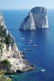 Rocas de Faraglioni en la isla de Capri Fotos de archivo libres de regalías