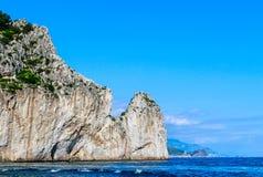 Rocas de Faraglioni de los acantilados, Capri, Italia fotografía de archivo libre de regalías