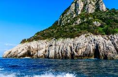 Rocas de Faraglioni de los acantilados, Capri, Italia imagen de archivo libre de regalías