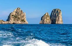 Rocas de Faraglioni de los acantilados, Capri, Italia foto de archivo