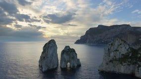 Rocas de Faraglioni que se elevan para arriba de mediterráneo azul brillante Capri, Italia metrajes