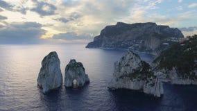 Rocas de Faraglioni que se elevan para arriba de mediterráneo azul brillante Capri, Italia almacen de metraje de vídeo