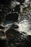 Rocas de la cascada del claroscuro Imagen de archivo