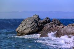 Rocas de la costa en el mar Imagenes de archivo