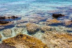 Rocas de la orilla en la playa de Elafonisi crete Grecia fotos de archivo