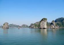 Rocas de la piedra caliza en bahía larga de la ha Imagen de archivo libre de regalías