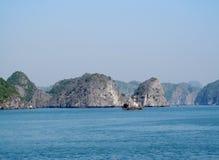 Rocas de la piedra caliza en la bahía del mar Fotos de archivo libres de regalías
