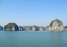 Rocas de la piedra caliza en la bahía del mar Imagenes de archivo