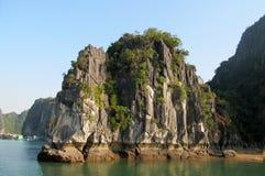 Rocas de la piedra caliza en la bahía del mar Imágenes de archivo libres de regalías