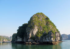 Rocas de la piedra caliza en la bahía del mar Imagen de archivo