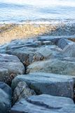 Rocas de la playa por la mañana fotografía de archivo libre de regalías