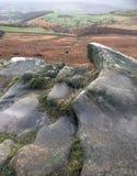 Rocas de la trayectoria en la pista que lleva al borde de Stanage foto de archivo