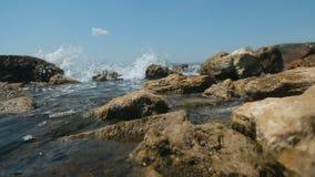 Rocas de los lavados de las ondas metrajes