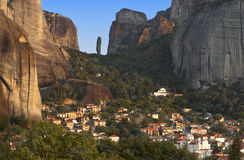 Rocas de Meteora y aldea de Kastraki en Grecia Fotos de archivo libres de regalías