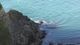 Rocas de piedra en la costa almacen de video