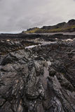 Rocas de pizarra en la costa ártica Imágenes de archivo libres de regalías