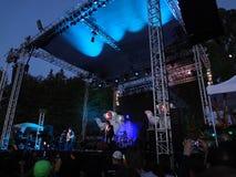 Rocas de Primus en etapa al aire libre en la oscuridad Foto de archivo libre de regalías
