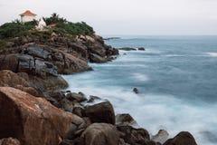 Rocas de Unawatuna en la exposición larga Fotos de archivo