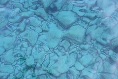 Rocas debajo del agua cristalina Foto de archivo libre de regalías