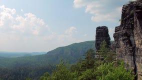 Rocas del basalto en la reserva Suiza bohemia del parque natural en Checo en tiempo soleado almacen de video