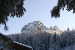 Rocas del invierno en la nieve Foto de archivo libre de regalías