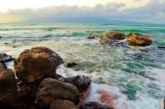 Rocas del mar con aguas verdes Imagen de archivo libre de regalías