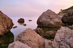 Rocas del mar y cielo de la tarde Foto de archivo libre de regalías