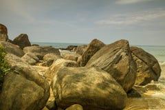 Rocas delante del Océano Índico brillante de los azules turquesa Imagen de archivo libre de regalías