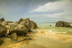 Rocas delante del Océano Índico brillante de los azules turquesa Foto de archivo libre de regalías