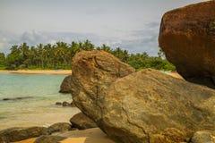 Rocas delante del Océano Índico brillante de los azules turquesa Imagenes de archivo