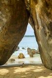 Rocas delante del Océano Índico brillante de los azules turquesa Foto de archivo