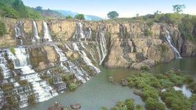 Rocas distantes de la subida de los turistas para mirar la cascada almacen de metraje de vídeo
