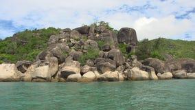 Rocas e isla con el tiro del cielo almacen de metraje de vídeo