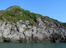 Rocas e islas de la bahía larga de la ha cerca de la isla de Cat Ba, Vietnam imagen de archivo