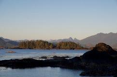 Rocas e islotes a finales del sol de la tarde fotos de archivo