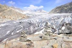 Rocas empiladas con el cielo azul y el glaciar de Rhone Fotografía de archivo
