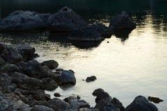 Rocas en agua tranquila foto de archivo