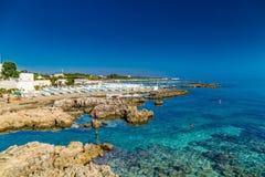 Rocas en aguas de mar claras en Italia Fotografía de archivo libre de regalías