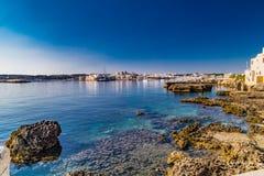 Rocas en aguas de mar claras en Italia Imagen de archivo libre de regalías