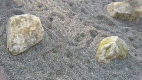 Rocas en arena Fotos de archivo