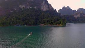 Rocas en Cheow Lan Lake almacen de metraje de vídeo