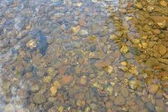 Rocas en corriente clara del agua Imagen de archivo libre de regalías