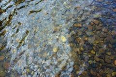Rocas en corriente clara del agua Imagen de archivo