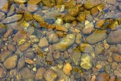 Rocas en corriente clara del agua Fotografía de archivo libre de regalías