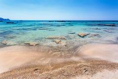 Rocas en el agua en la playa de Elafonissi crete Grecia fotografía de archivo