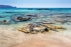 Rocas en el agua en la playa de Elafonissi crete Grecia foto de archivo
