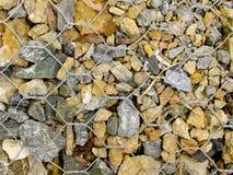Rocas en el alambre de Gabion Imágenes de archivo libres de regalías