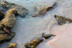 Rocas en el borde del ` s del agua Foto de archivo libre de regalías